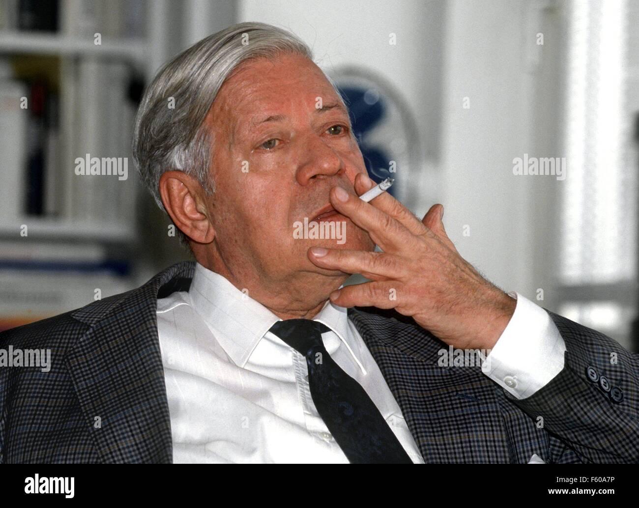 El ex canciller y co-editor de 'Die Zeit' Helmut Schmidt (imagen del 13 de marzo de 1995) se convierte en 80 años el 23 de diciembre de 1998. Foto de stock