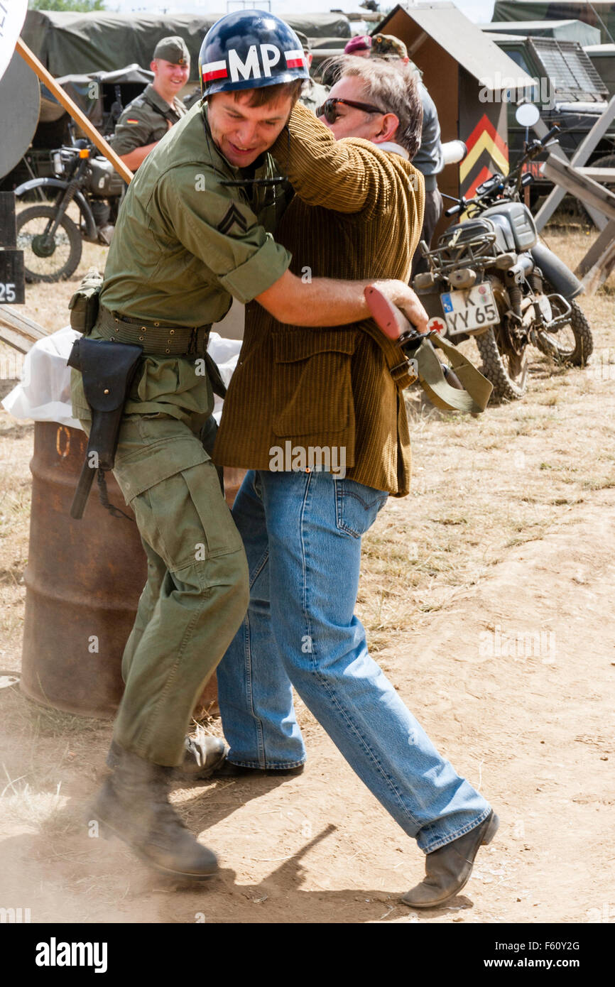 Guerra de Vietnam Rolling Thunder grupo recreación. La paz-movimiento manifestante solitario con placard obteniendo Imagen De Stock