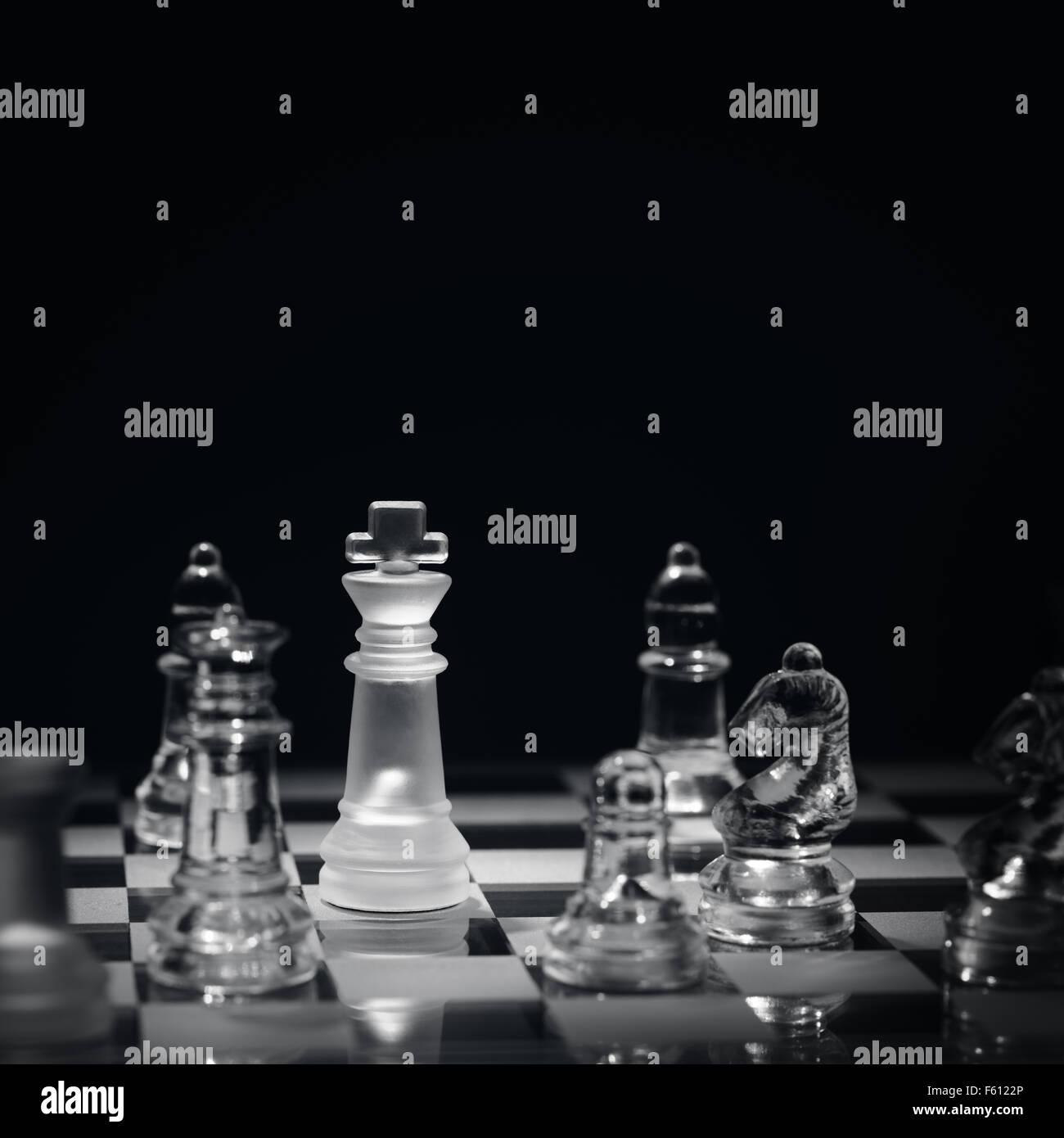 Juego de ajedrez con jaque concepto para ganar, la estrategia de negocio, la competencia y el éxito Imagen De Stock