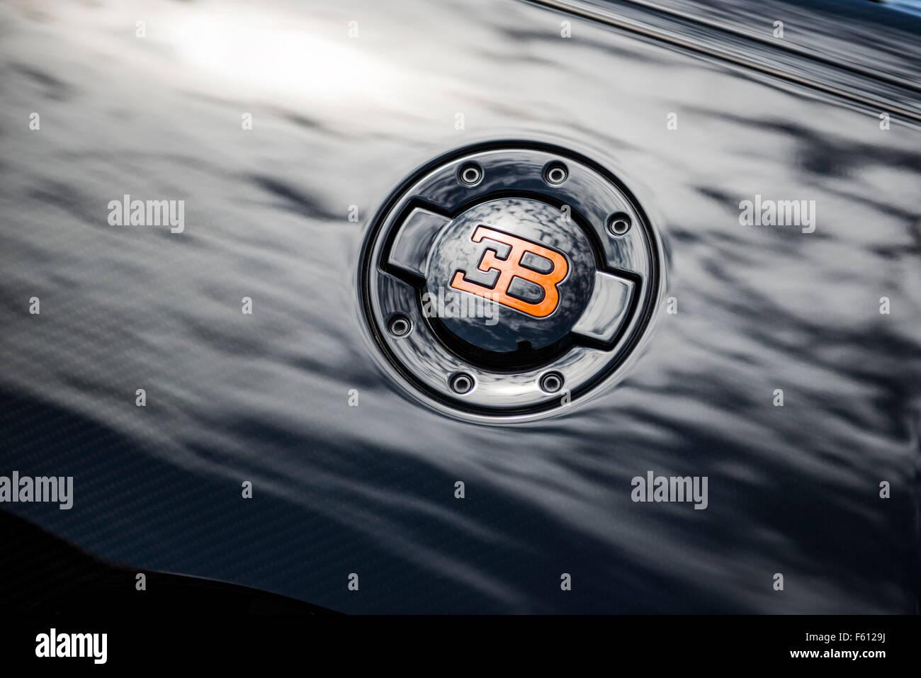 Bugatti Veyron Cerca Del Logotipo De Tapon De Llenado Foto Imagen