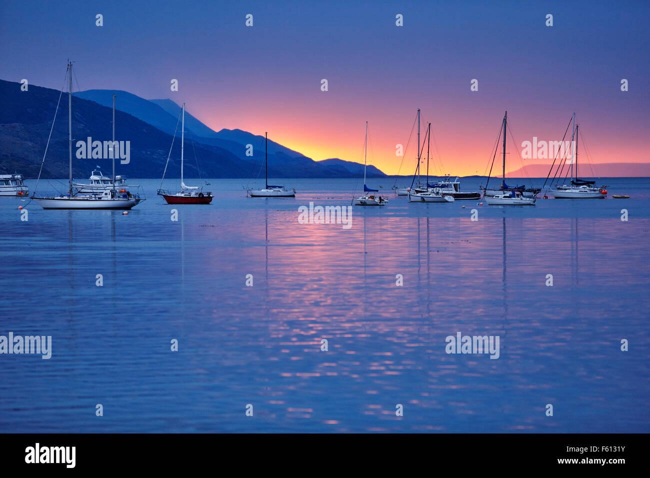 Los barcos de vela en el puerto al atardecer, Ushuaia, Tierra del Fuego, Argentina Imagen De Stock
