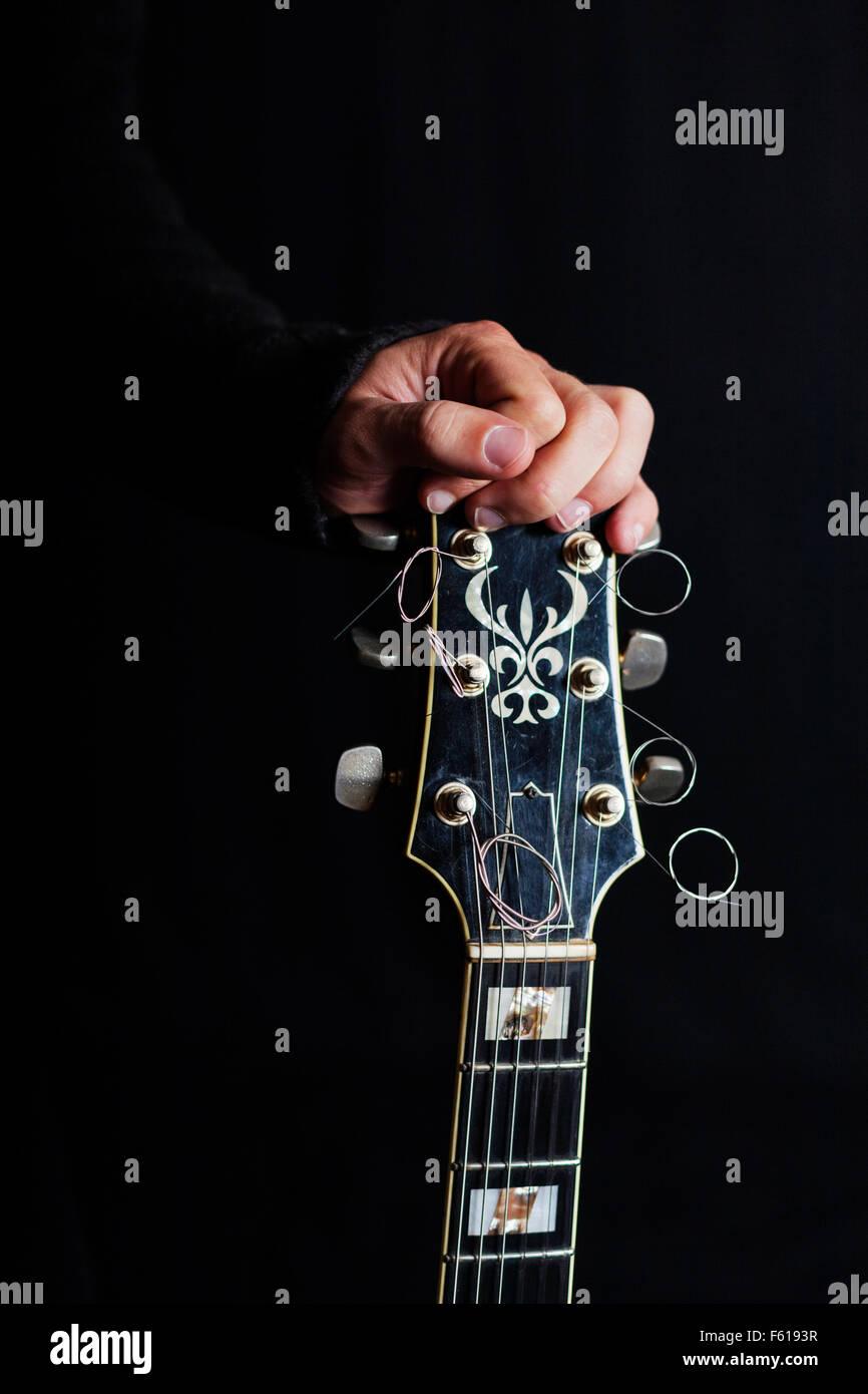 La guitarra de la mano humana Imagen De Stock
