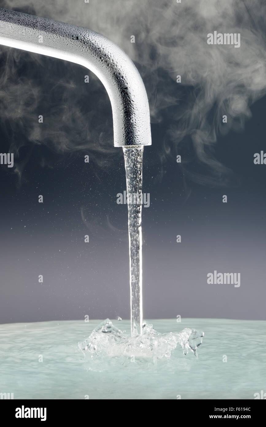 Grifo con agua corriente Imagen De Stock