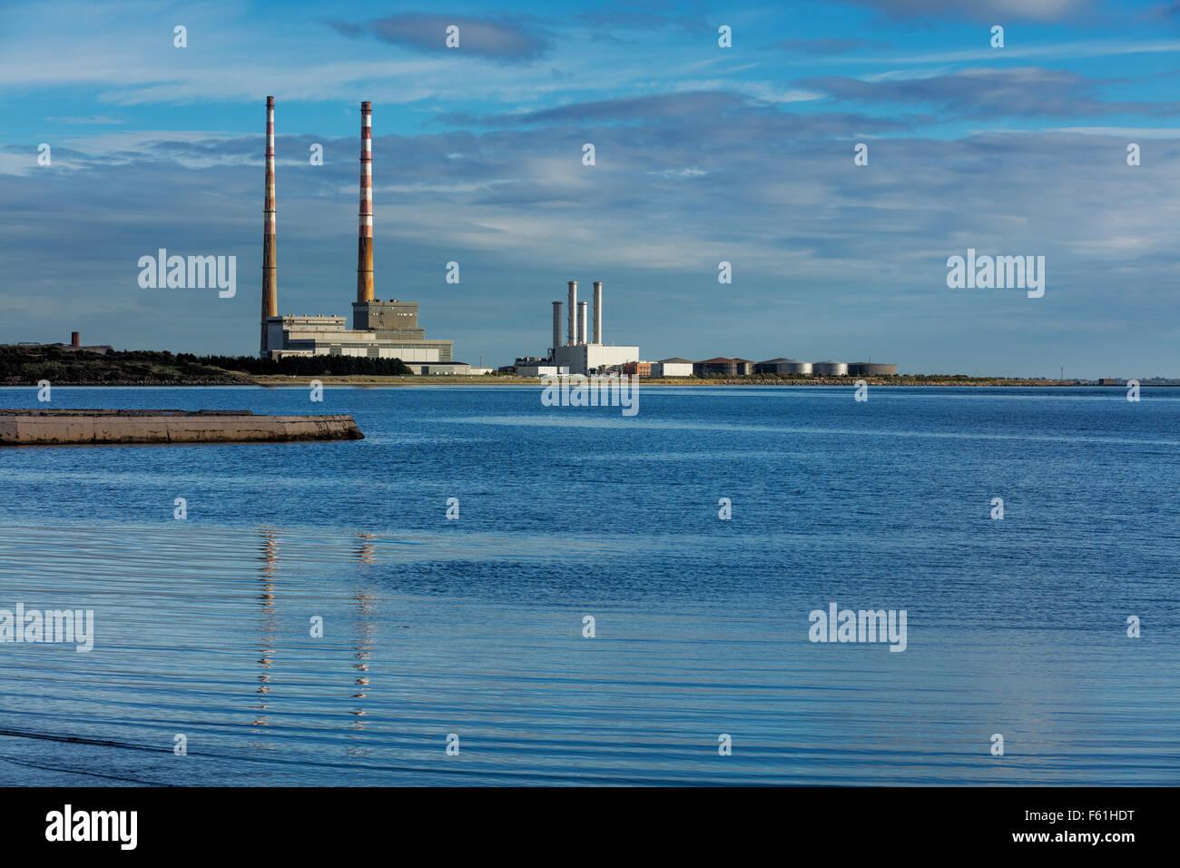 Ringsend Poolbeg chimeneas de la zona de Dublín, Irlanda, visto desde la ZPE de Sandymount Beach Foto de stock