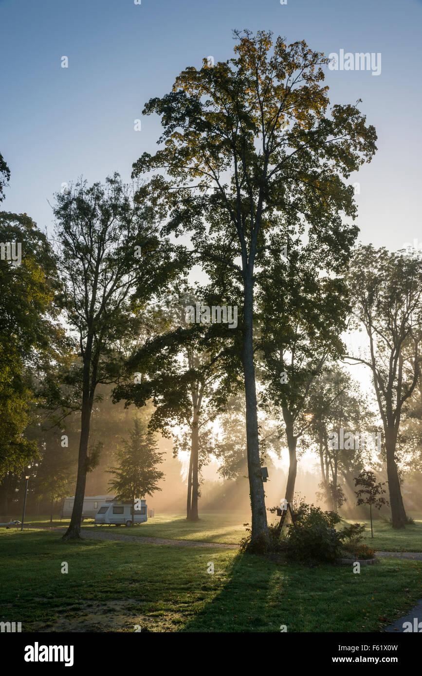Un camping y caravana en la neblina al amanecer en Francia Foto de stock