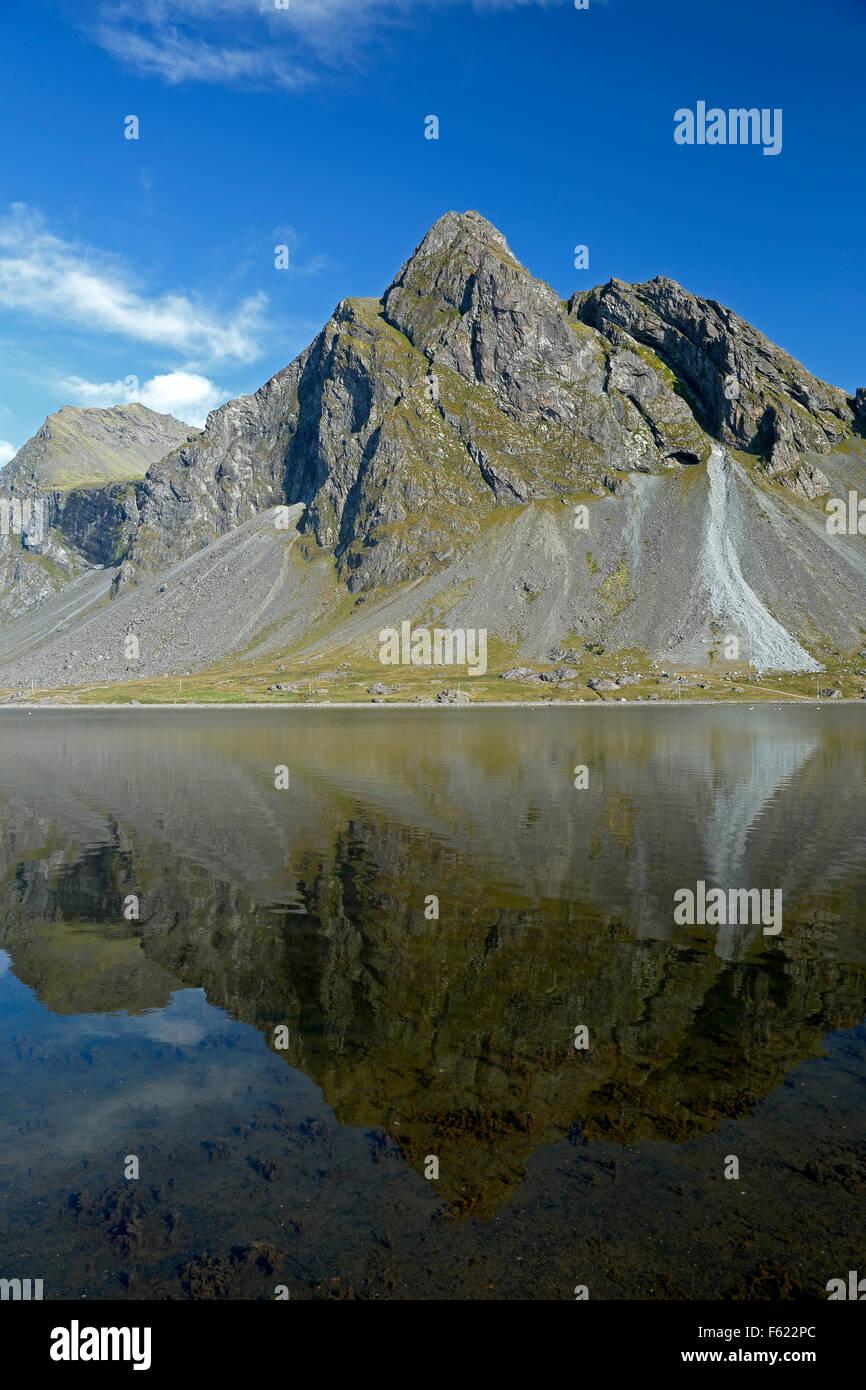 Montaña Vikurfjall reflejada en el agua, desde Hvalnes Reserva Natural, Islandia Foto de stock