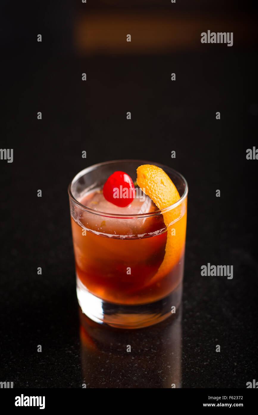 A la vieja usanza en cócteles con un fondo oscuro. Imagen De Stock