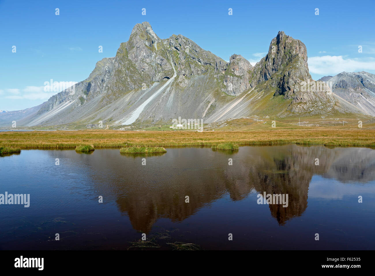 Montaña Vikurfjall reflejada en el estanque, cerca de la Reserva Natural Hvalnes, Islandia Foto de stock