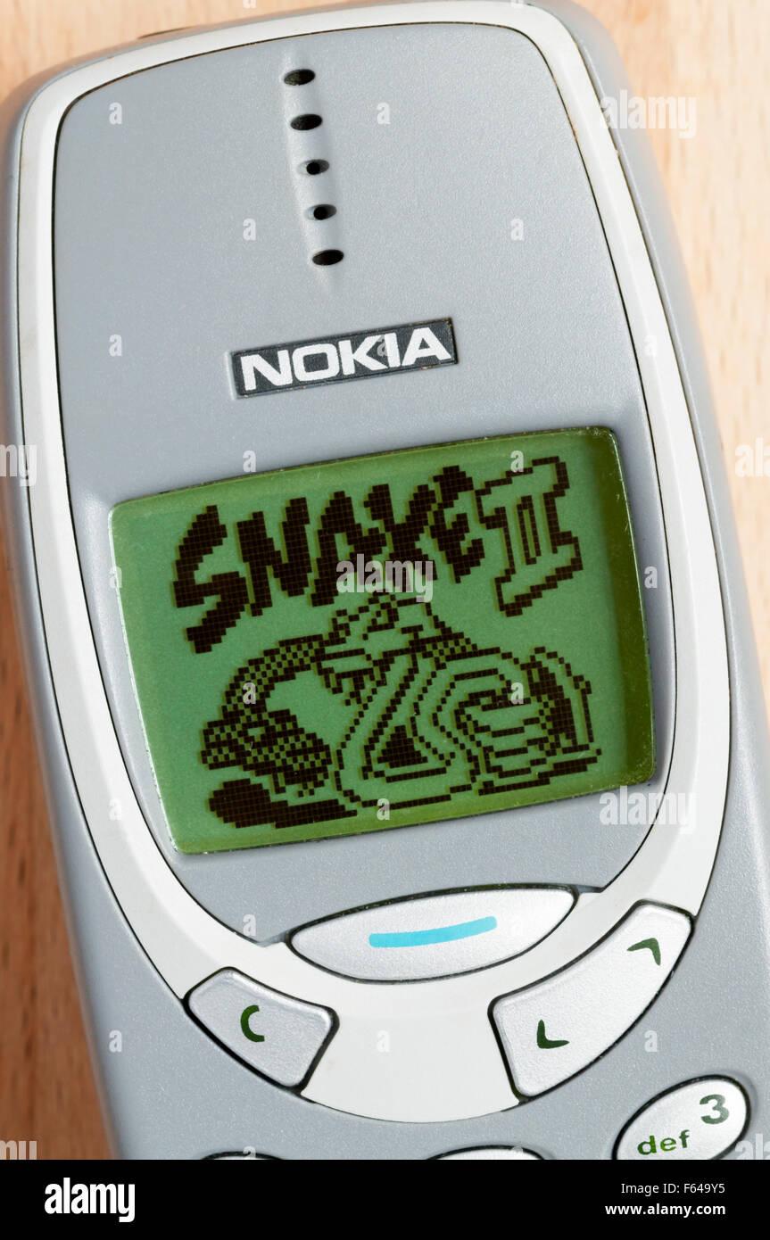 """La pantalla de título del culto Snake II juego en un """"teléfono móvil Nokia 3310. Imagen De Stock"""