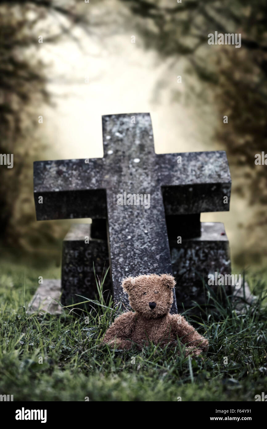 Una tumba con un oso de peluche Imagen De Stock