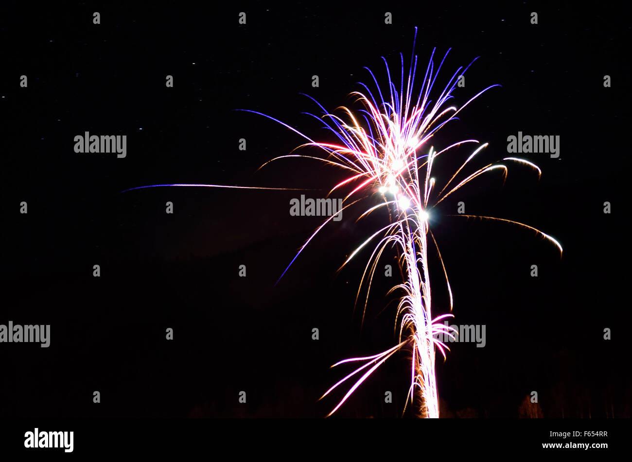 Hermosos fuegos artificiales en el cielo nocturno de invierno en el círculo polar ártico, en el norte de Noruega en la víspera de año nuevo del año 2014 Foto de stock