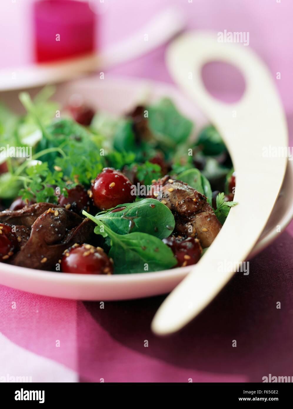 Mesclun, hígado de aves de corral y ensalada de cerezas Foto de stock