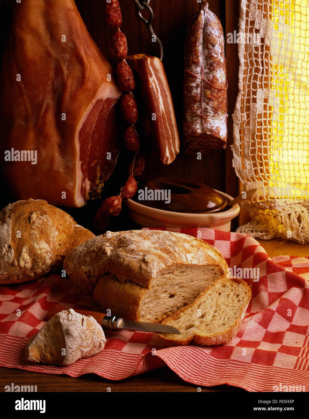 Carnes de cerdo cocida y pan Foto de stock