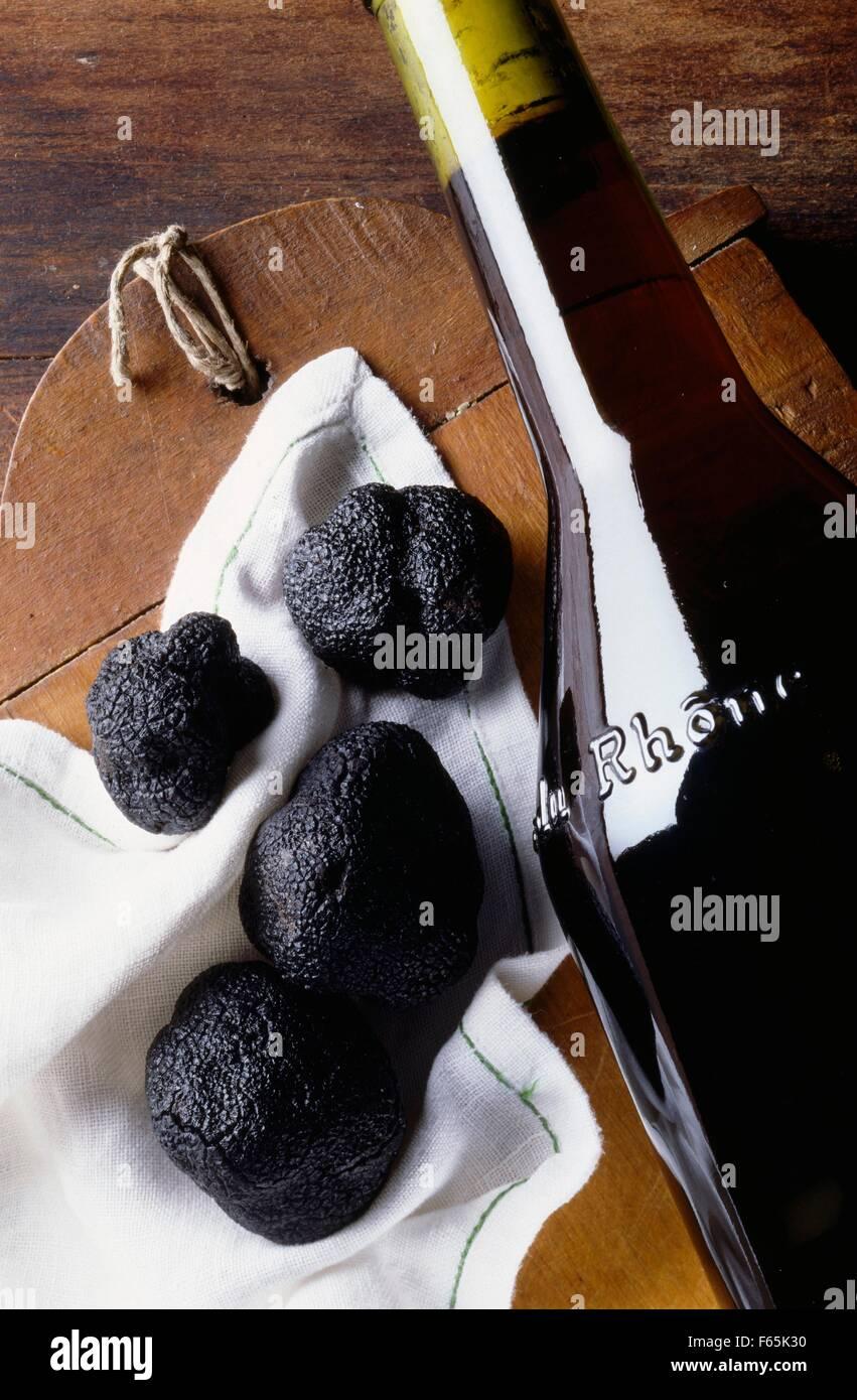 Las trufas y Cote Du Rhone Foto de stock