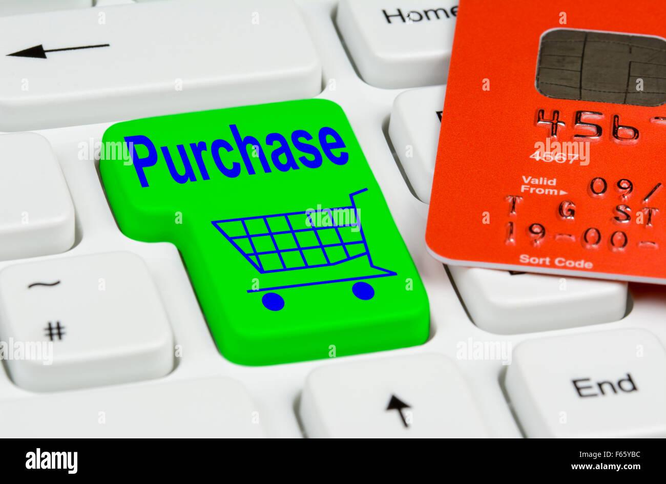 Botón de compras en línea en un teclado de ordenador blanco.con tarjeta de pago. Imagen De Stock
