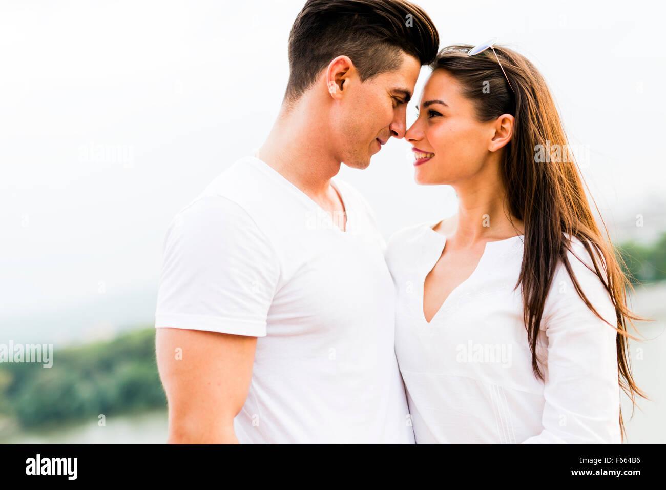 Hermosa joven pareja frotando la nariz como signo de amor y acerca a besan Imagen De Stock