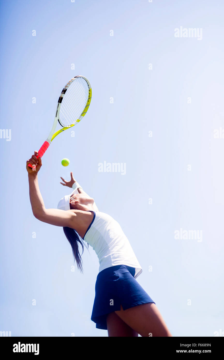 Jugador de tenis femenino hermoso sirviendo outdoor Imagen De Stock