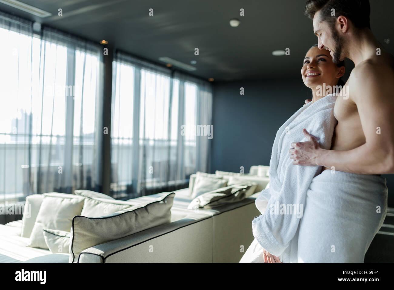 Pareja en amor relajante en un hotel wellness con una hermosa vista panorámica Imagen De Stock