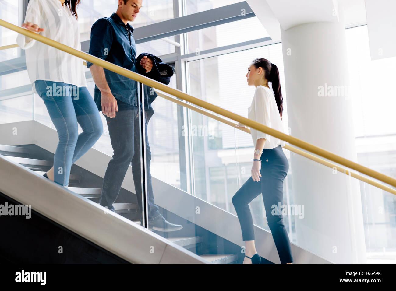 Grupo de empresario caminando y tomar las escaleras en un edificio de oficinas Imagen De Stock