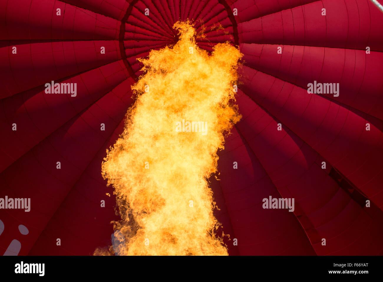 Llama de Gas Calefacción en globo de aire caliente para ayudar a que crezca. Imagen De Stock