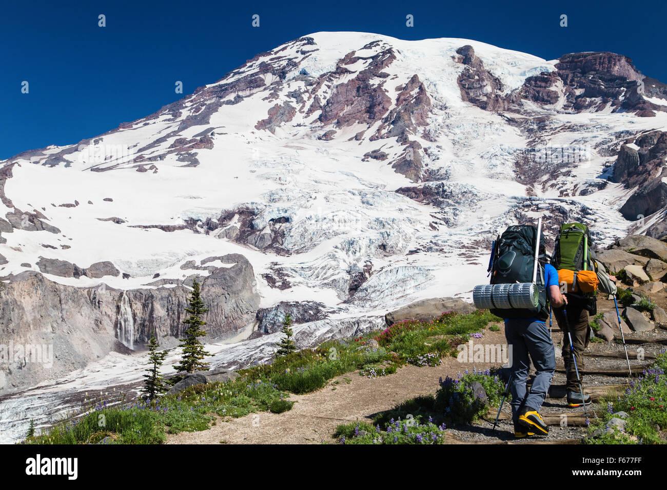 Mt. Ranier,Estados Unidos. 29ª.Jun,2015. Hombre dos caminatas por el sendero del Monte Ranier. Tamaki S./Alamy Imagen De Stock