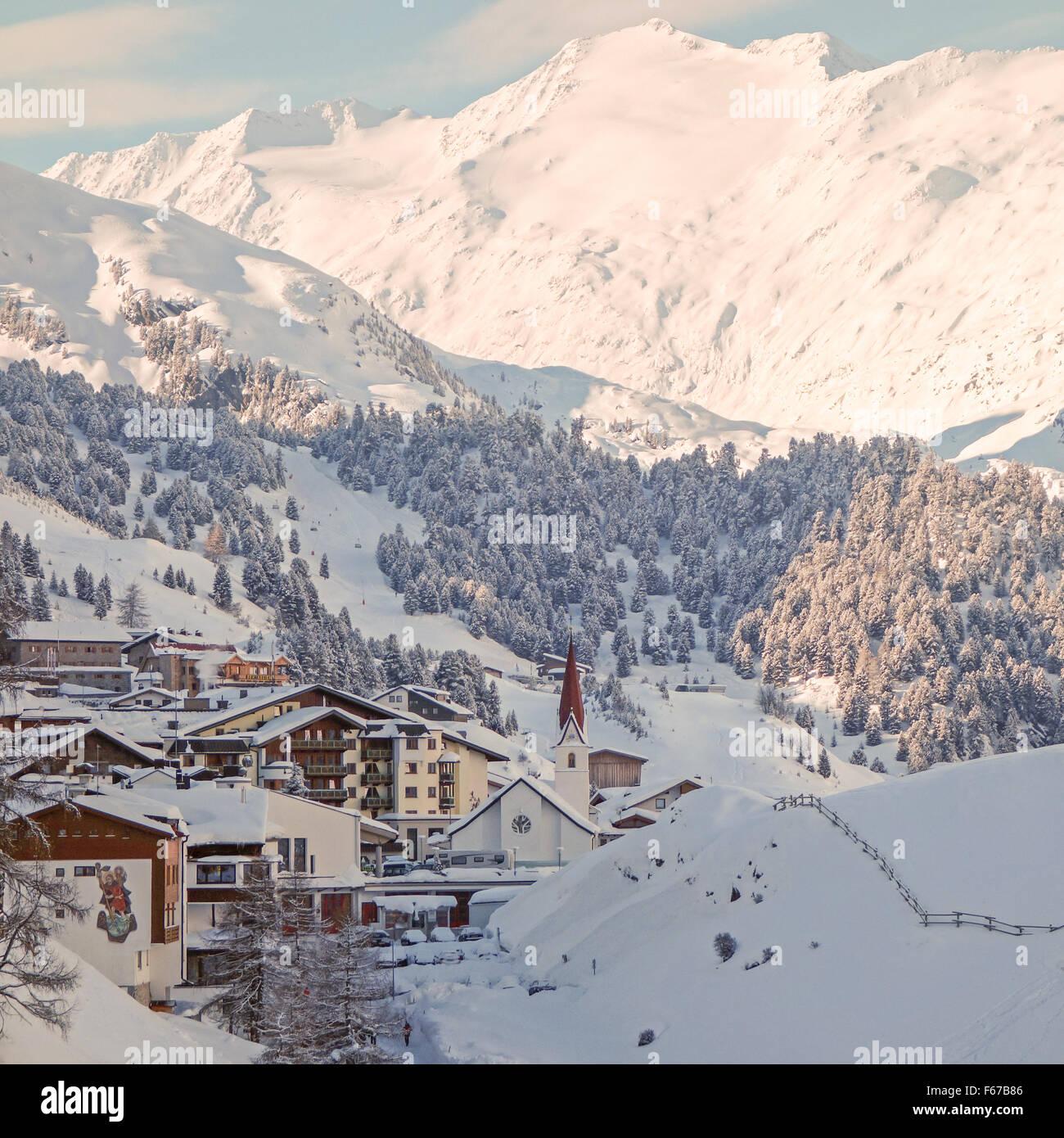 El pueblo y la estación de esquí de Obergurgl - a 1,930m es uno de los más poblados de esquí Imagen De Stock