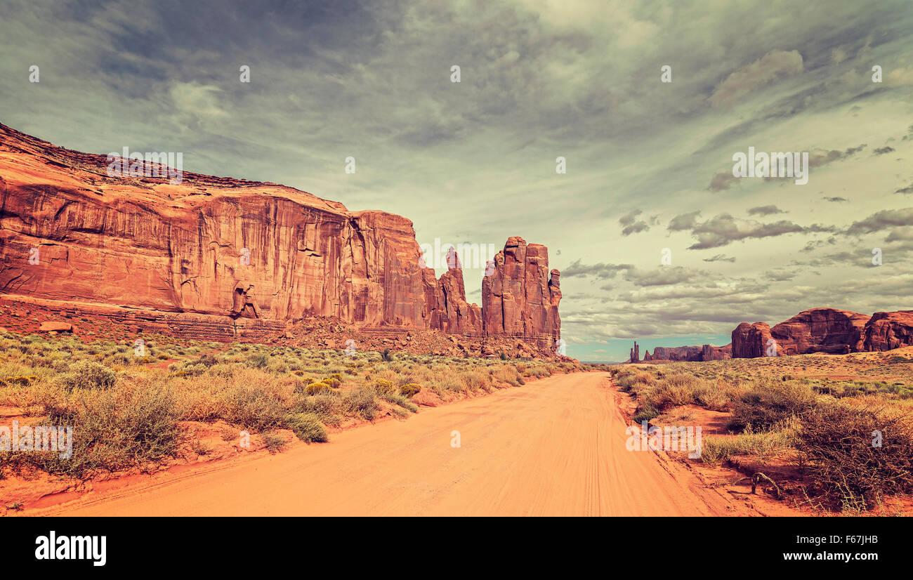 Estilo Vintage foto de Sandy road en Monument Valley, Utah, EE.UU.. Imagen De Stock
