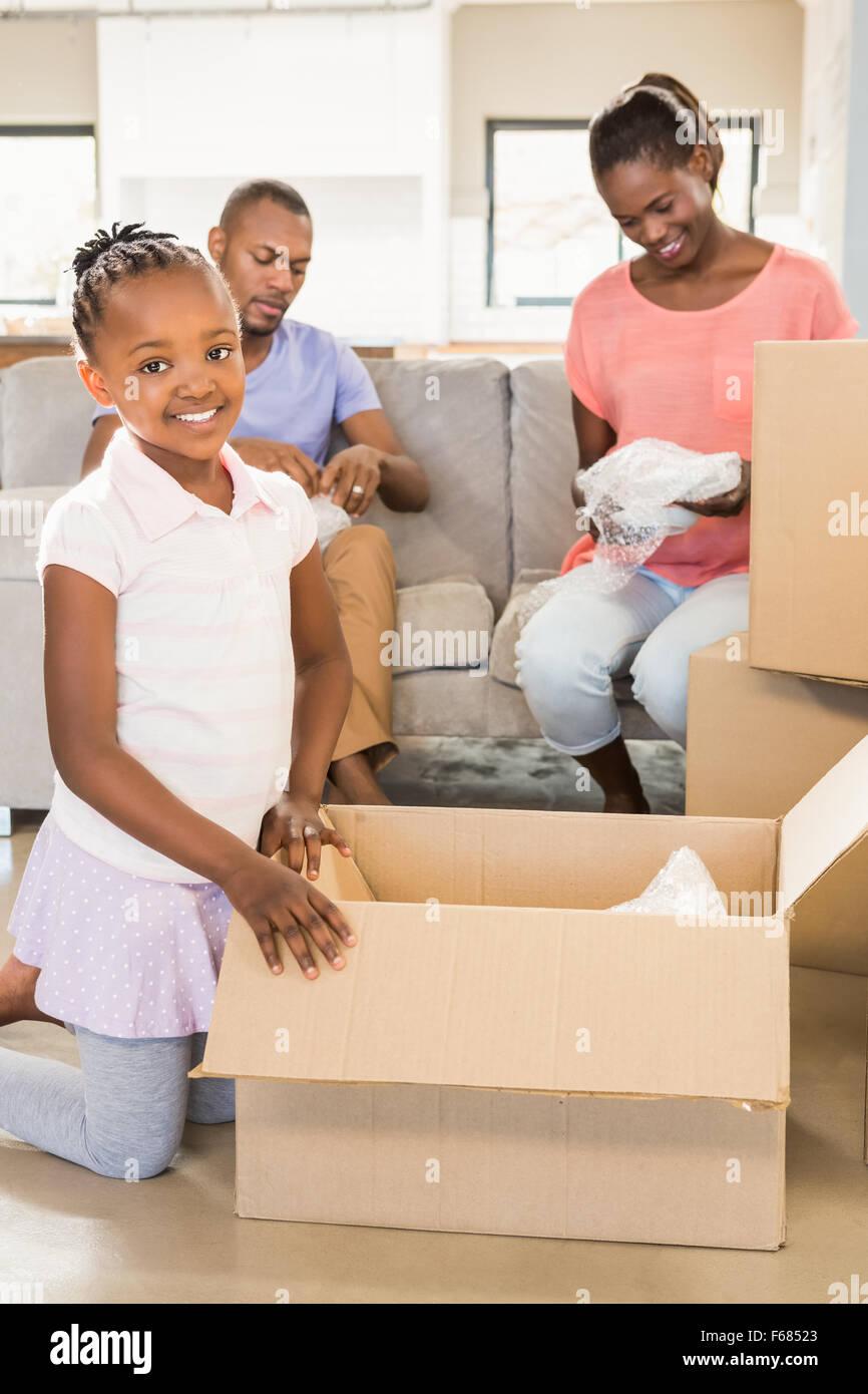 Familia desenvolviendo las cosas en el nuevo hogar Imagen De Stock