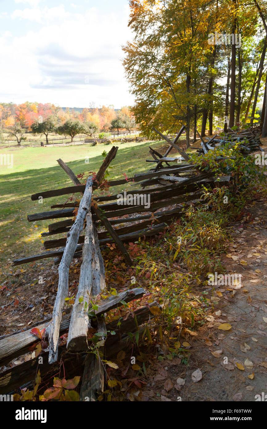 Zigzag valla, una forma de cercas de madera que data de los años 1800s, Old Sturbridge Village museo viviente, Imagen De Stock