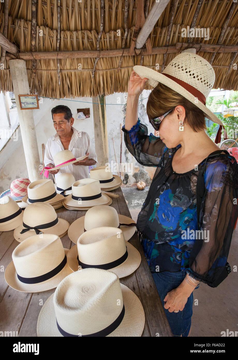 Una mujer intenta en Panamá o jipijapa sombrero en una pequeña tienda en  becal 99f47eda3f6