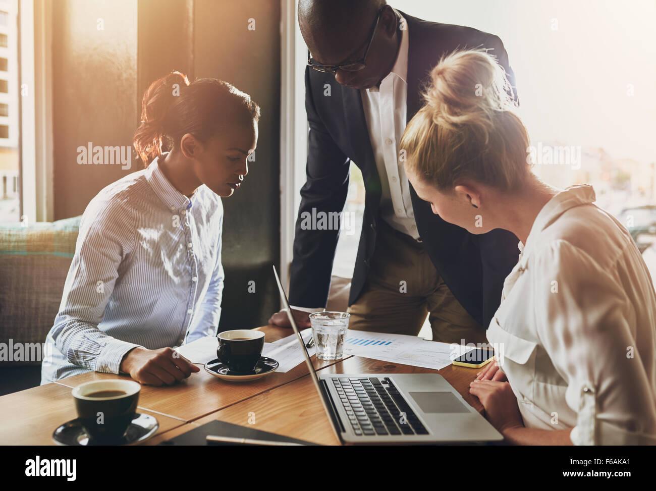 El grupo de gente de negocios, el concepto de empresario, hombre de negocios negro explicando el plan de negocios Imagen De Stock