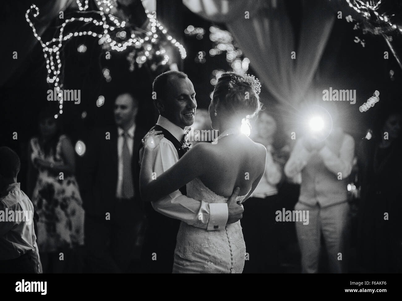 Danza de la boda hermosa pareja Imagen De Stock