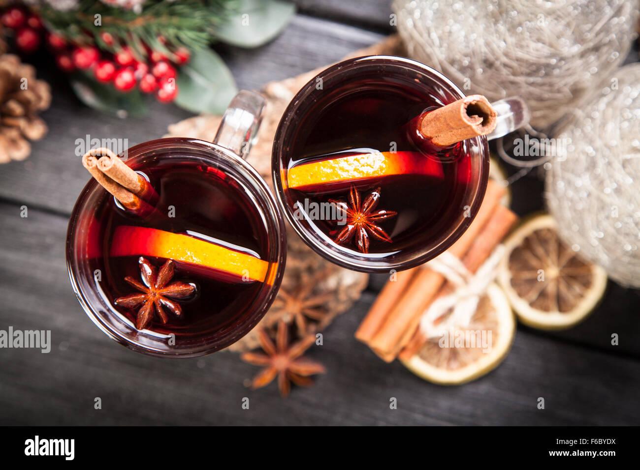Vino caliente con canela y naranja Imagen De Stock