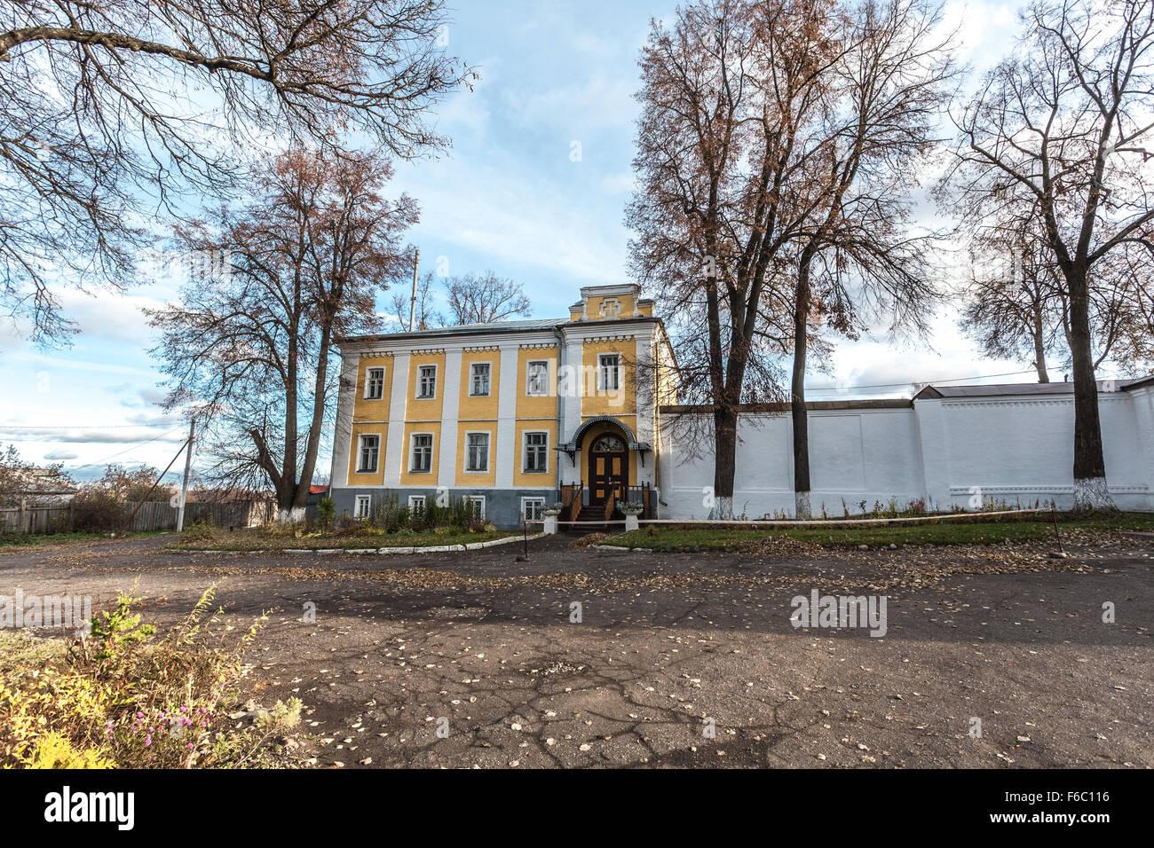 Pereslavl-Zalessky, Rusia - Octubre 29, 2015: Feodorovsky convento. Strannopriimny dom, construcción del siglo Imagen De Stock