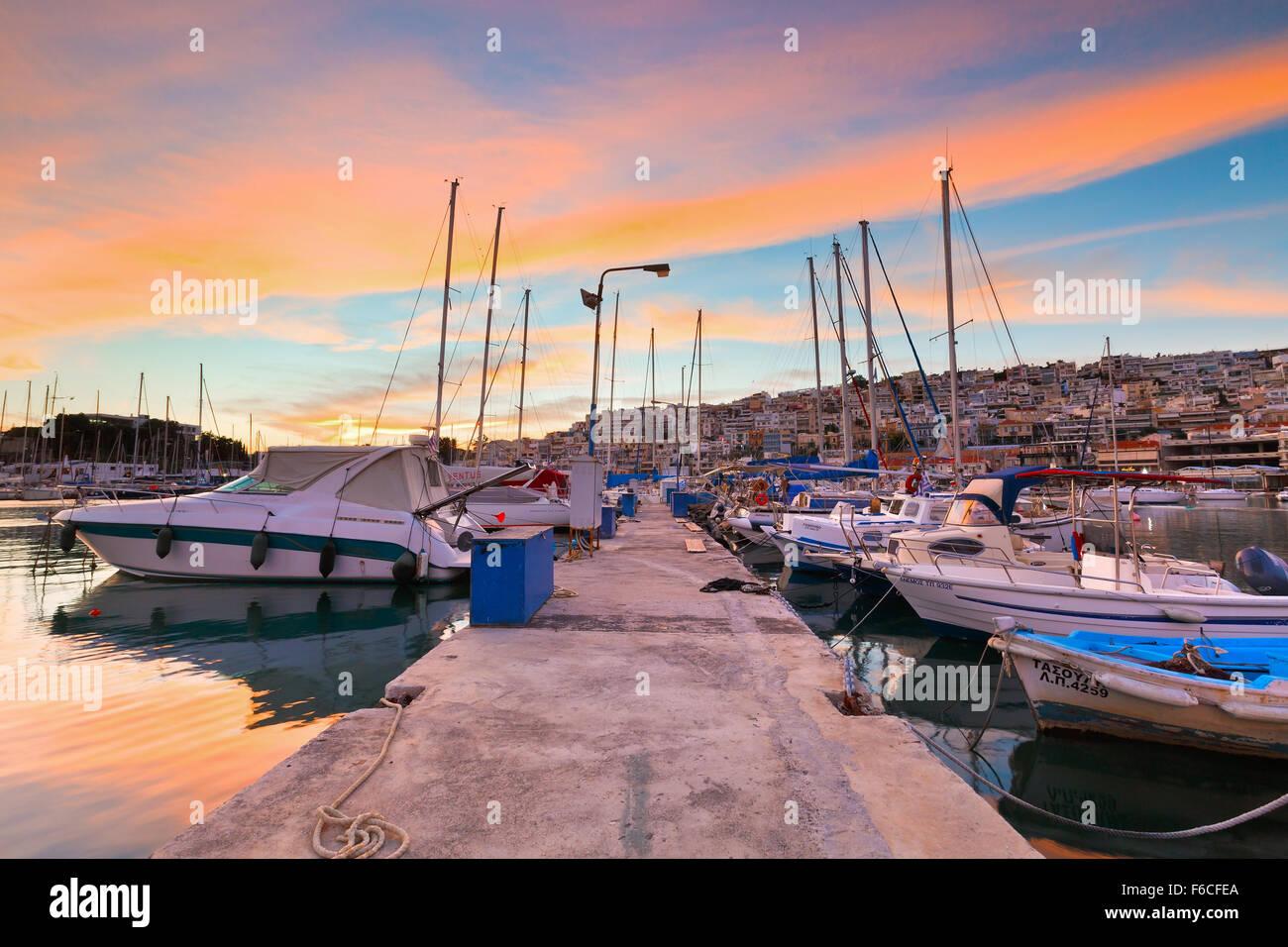 Botes en un muelle de atraque Mikrolimano marina en Atenas, Grecia Imagen De Stock