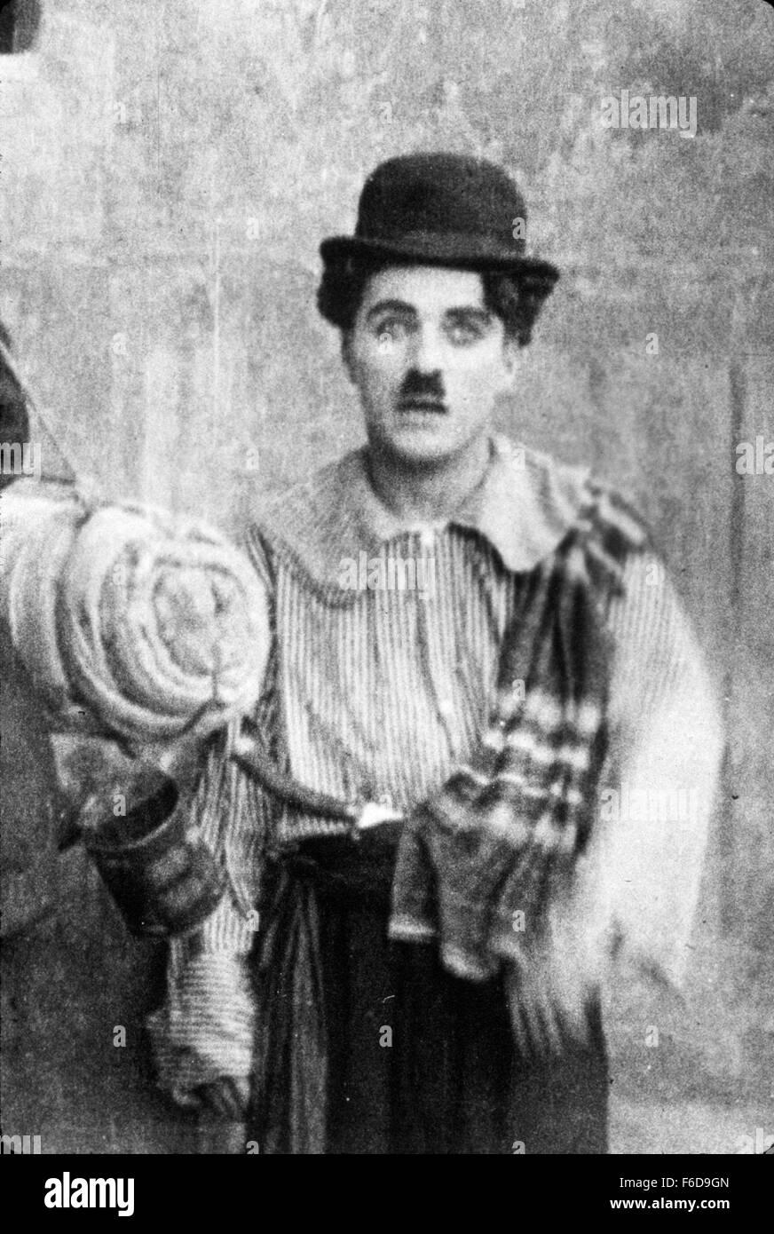 Fecha de lanzamiento: 18 de diciembre de 1915 título de la película: CARMEN ESTUDIO: Essanay Film Productora parcela: Una Gitana Hechicera es enviada para convencer a un funcionario de Goofy para permitir una ejecución de contrabando. Foto: Charles Chaplin como Director. Foto de stock