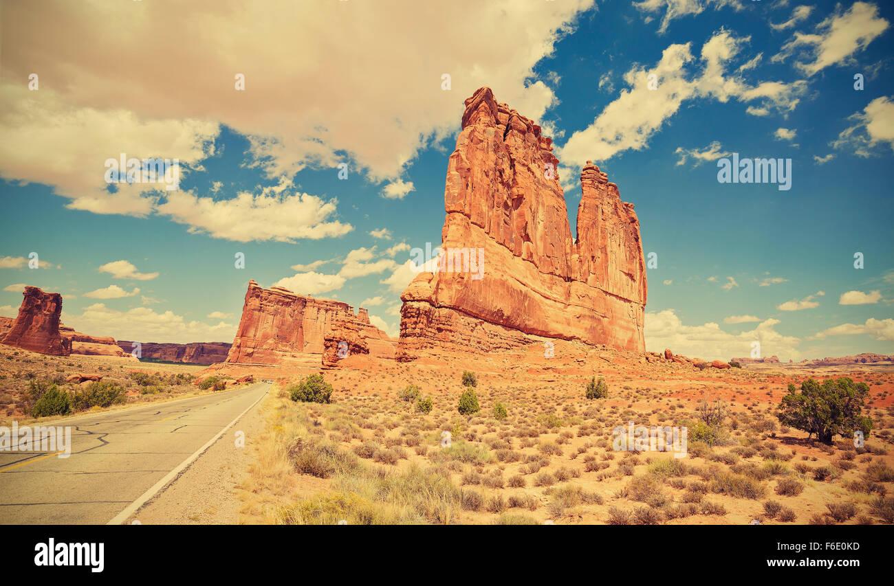 Tonos Vintage carretera escénica en el Parque Nacional de Arches, en Utah, EE.UU.. Imagen De Stock