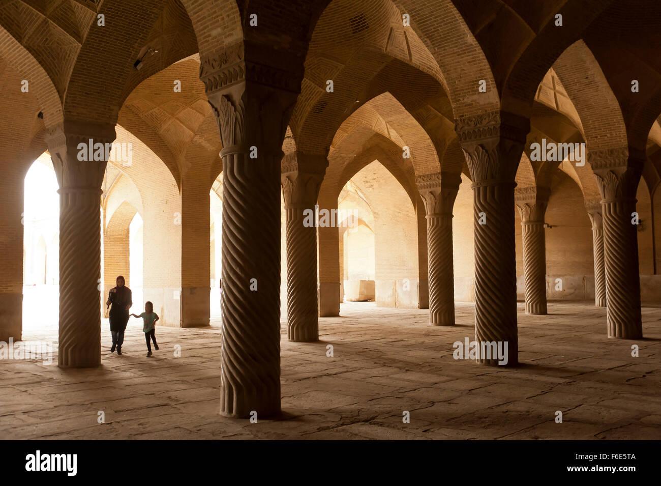 Madre con su hijo en la sala de oración de la Mezquita Vakil, Shiraz, Irán Foto de stock