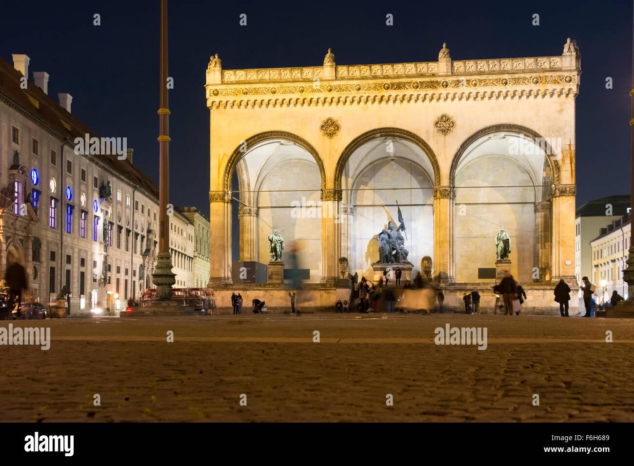 MUNICH, Alemania - OKTOBER 26: Turistas en el Feldherrnhalle en Munich, Alemania, en octubre 26, 2015. Imagen De Stock