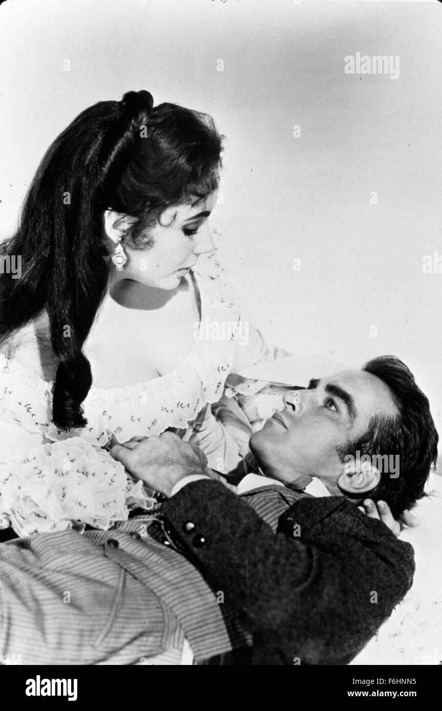 En 1957, el título de la película: RAINTREE COUNTY, Director: Edward Dmytryk, Studio: MGM, Foto: Montgomery Clift, Elizabeth Taylor, Liz Taylor, de parejas íntimas, muriendo, a la muerte. (Crédito de la imagen: SNAP). Foto de stock