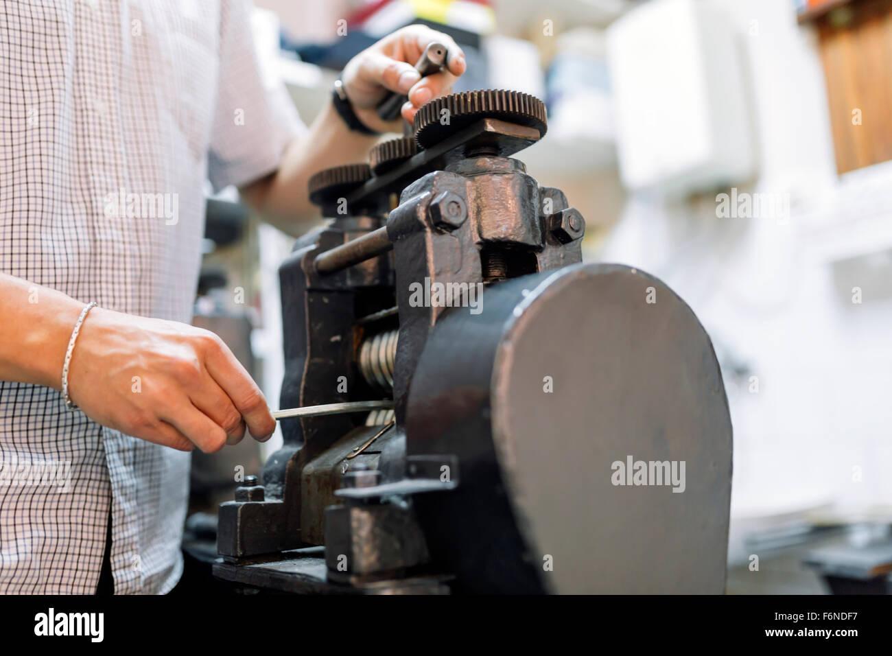 Goldsmith Elaboración de metal con la ayuda de una prensa Imagen De Stock