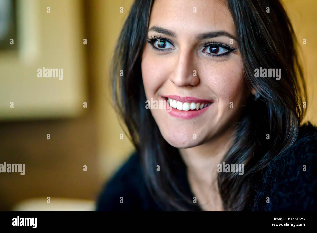 Retrato de una hermosa morenita sonriendo Imagen De Stock