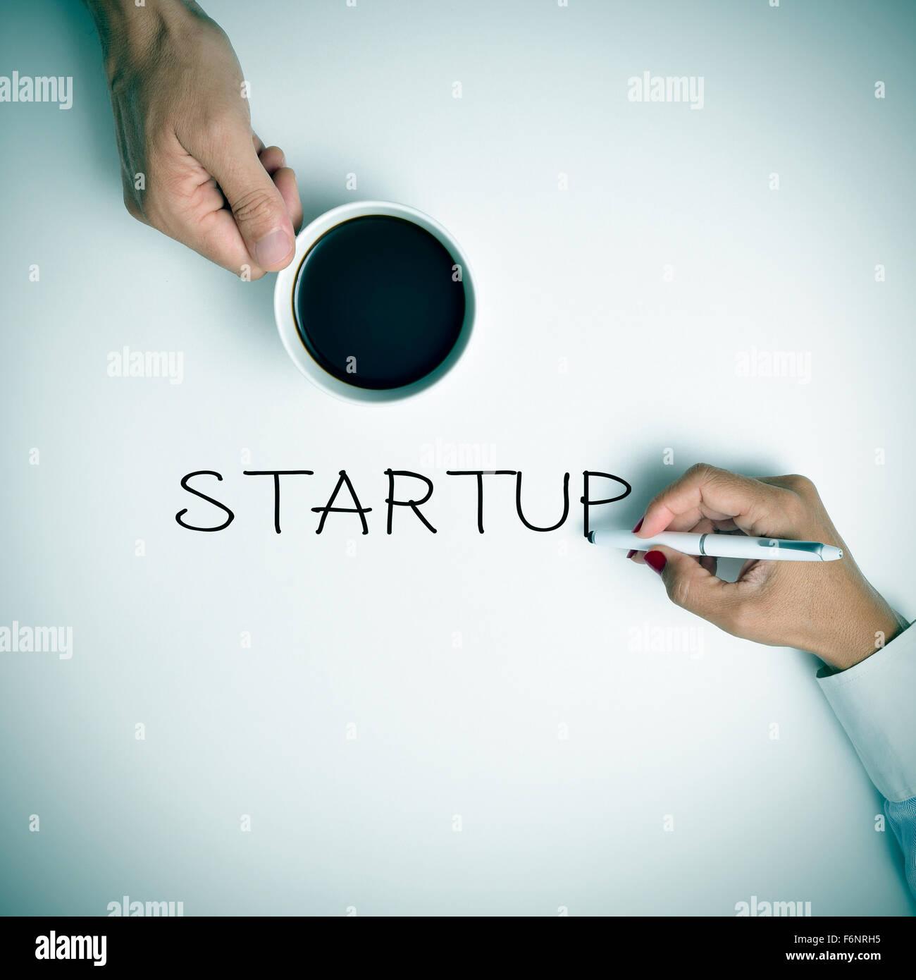 Disparo de alto ángulo de un hombre joven con una taza de café y una joven mujer escribiendo el texto Imagen De Stock