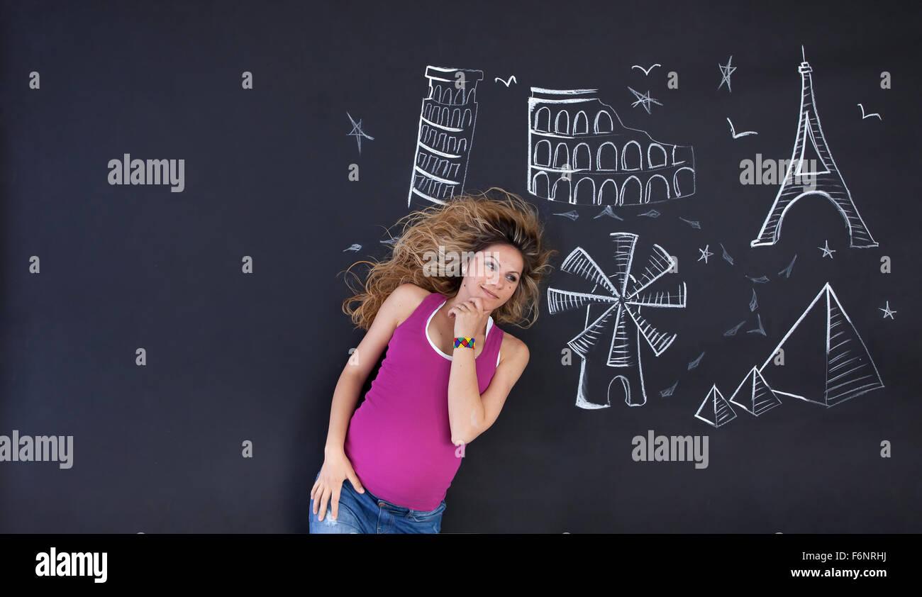 Mujer joven soñar acerca de las festividades y el mundo de las atracciones. Copia grande espacio en la izquierda. Imagen De Stock