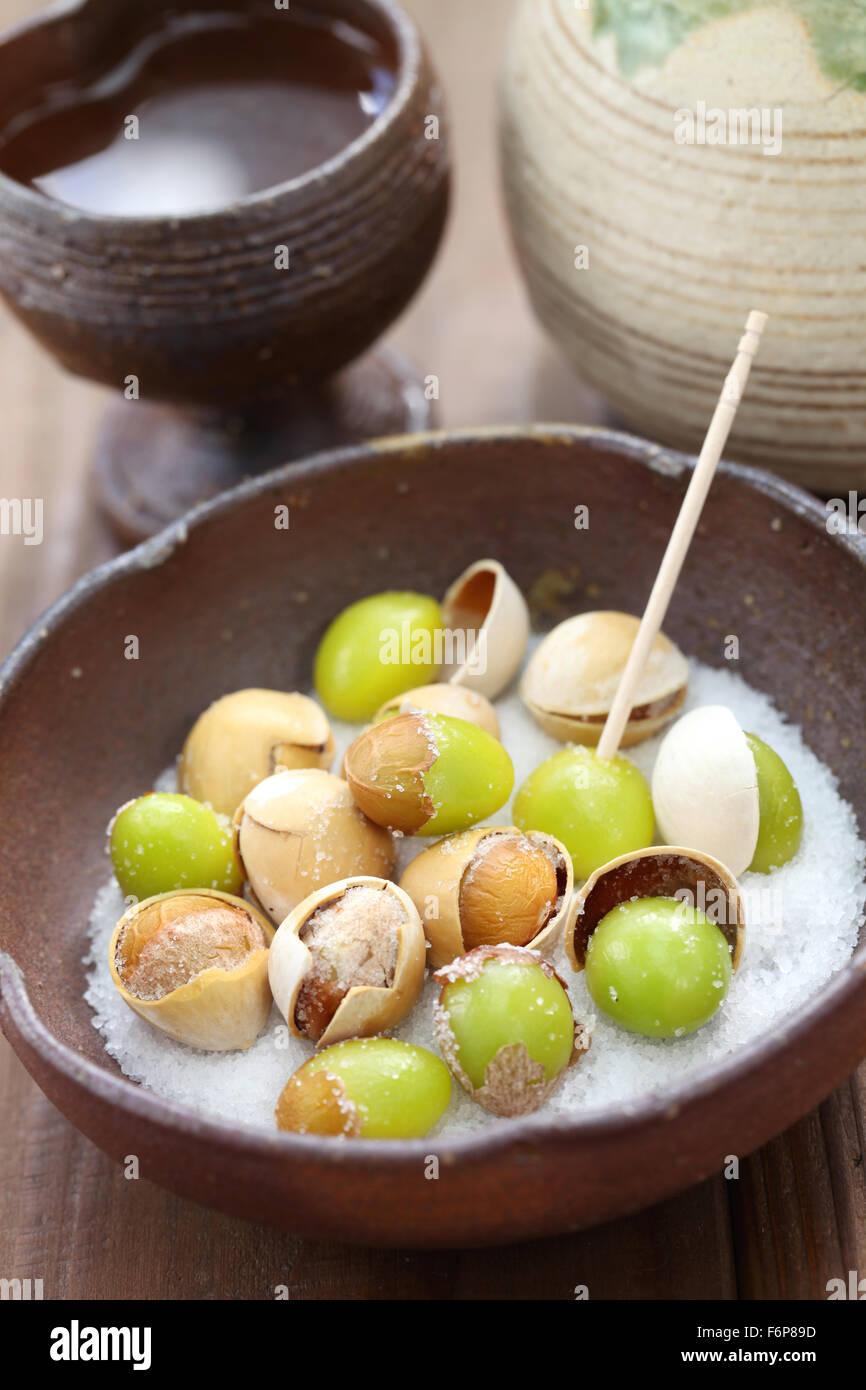Tostado sal ginkgo tuercas y sake, comida japonesa Foto de stock