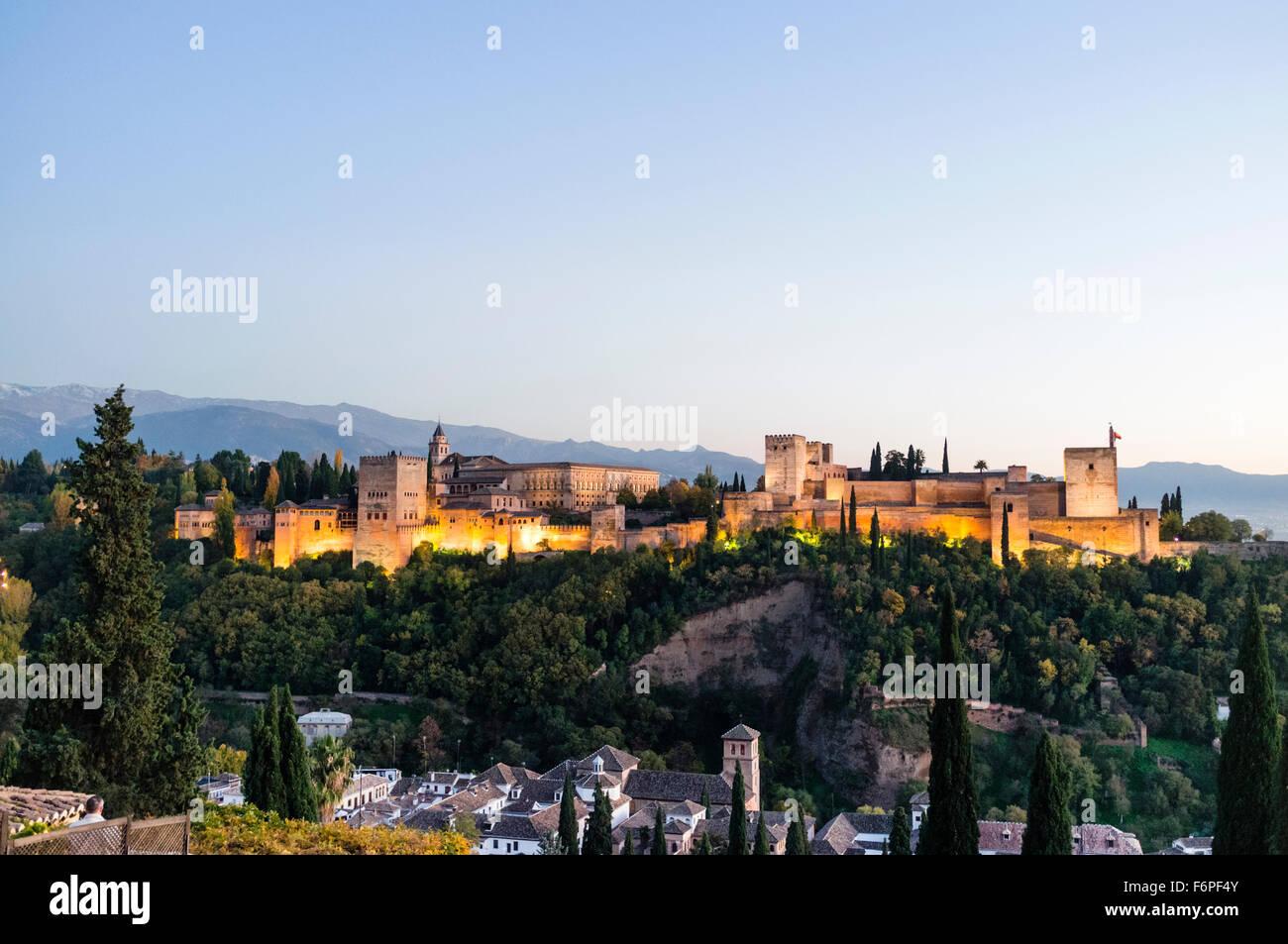 Alhambra Palace descripción al atardecer. Granada, Andalucía, España Imagen De Stock