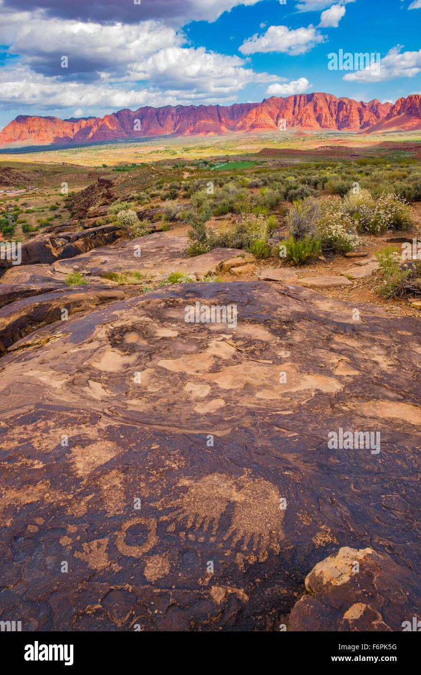 Bear paws petroglifos y acantilados rojos, cerca de Saint George, Utah Anceint Fremont cultura arte rupestre a lo Imagen De Stock