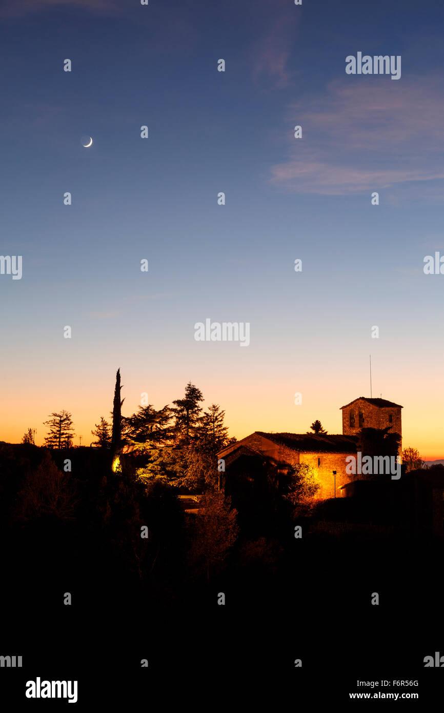Iglesia y la luna al atardecer. Tavertet. Comarca de Osona. Barcelona. Cataluña. España. Europa Imagen De Stock