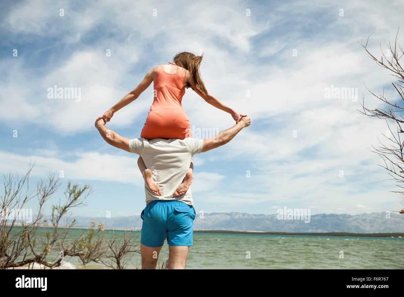 Mujer joven sentada sobre el hombro de su novio Imagen De Stock