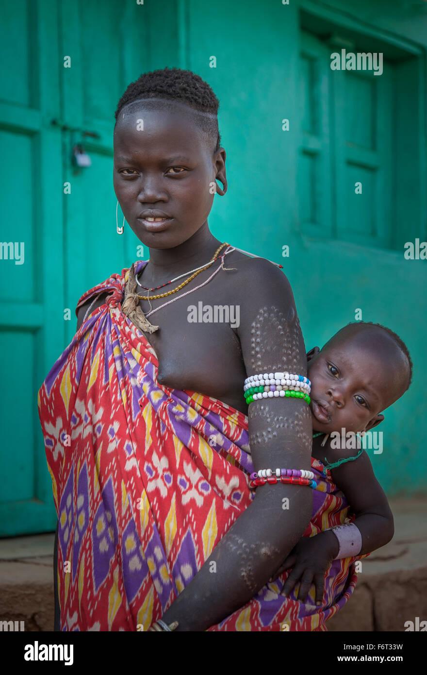 Mujer Negra llevando hija en cabestrillo Foto de stock